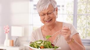 Idosa comendo salada