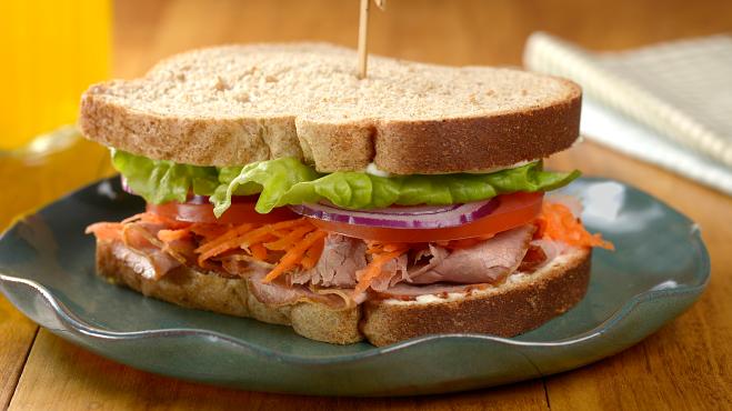 Um prato com um sanduíche de rosbife