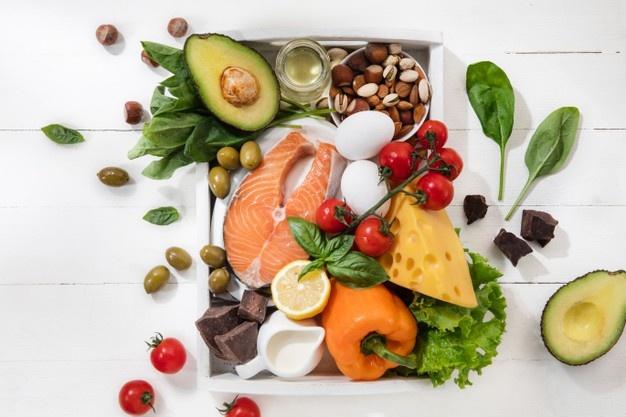 Uma imagem com vegetais na mesa.